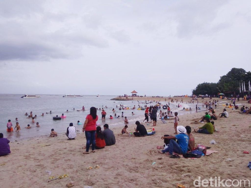 Libur Tahun Baru, Pantai Sanur Ramai Wisatawan