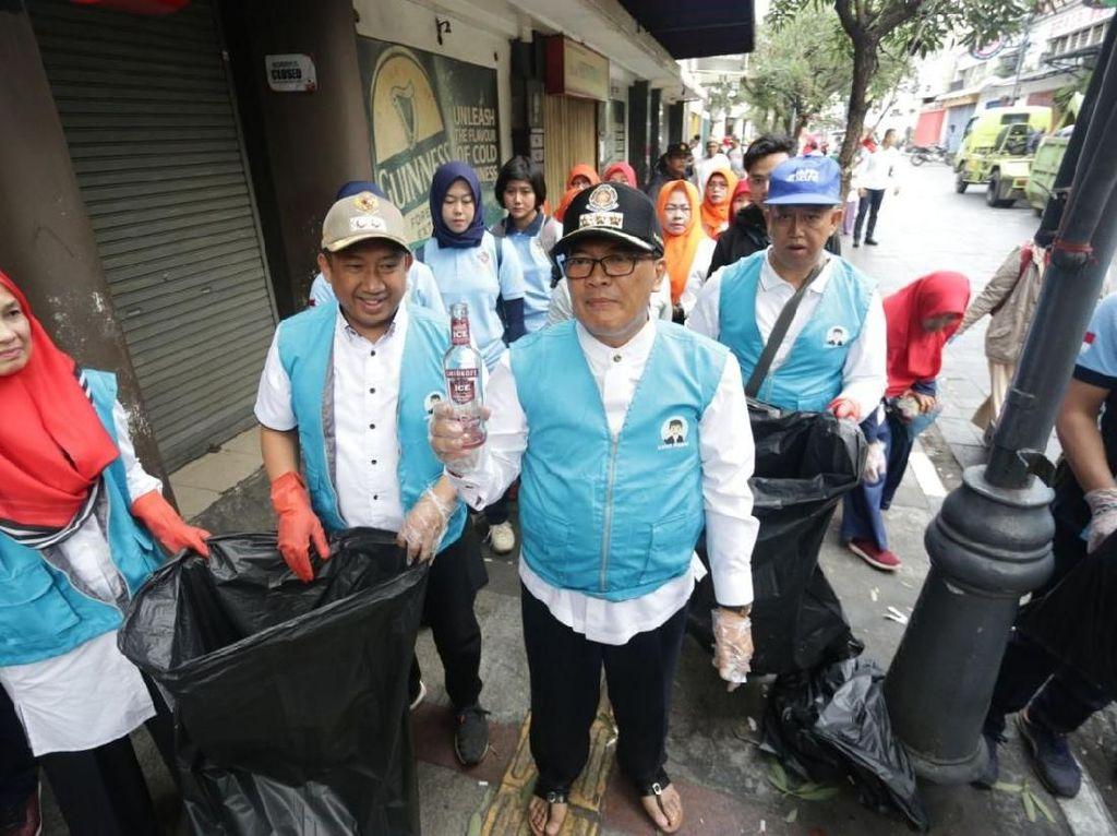 Banyak Puntung dan Botol Miras Usai Pesta Tahun Baru di Bandung