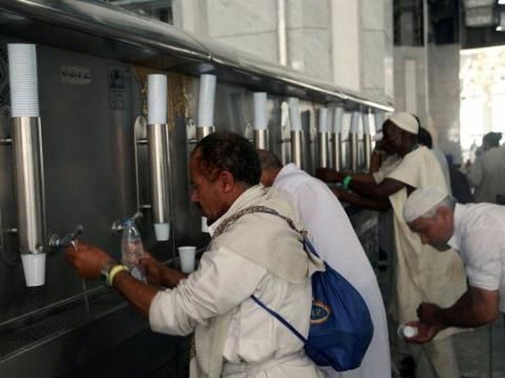 Pak Haji, Bu Haji... Jangan Bawa Air Zamzam Berlebihan