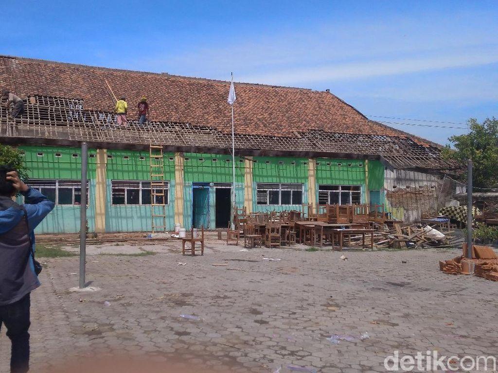 Sekolah Rusak oleh Puting Beliung di Cirebon, Siswa Dipulangkan