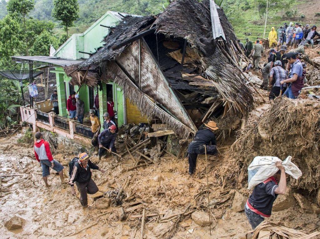 Para Relawan Berjibaku Evakuasi Korban Longsor di Sukabumi