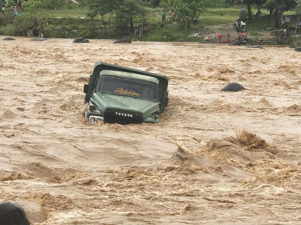 Truk Terseret Air Bah di Padang
