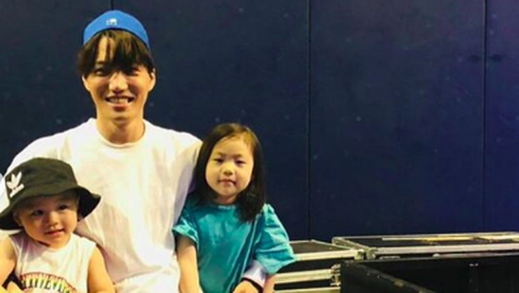 Potret Manis Kedekatan Kai Exo dengan Anak-anak