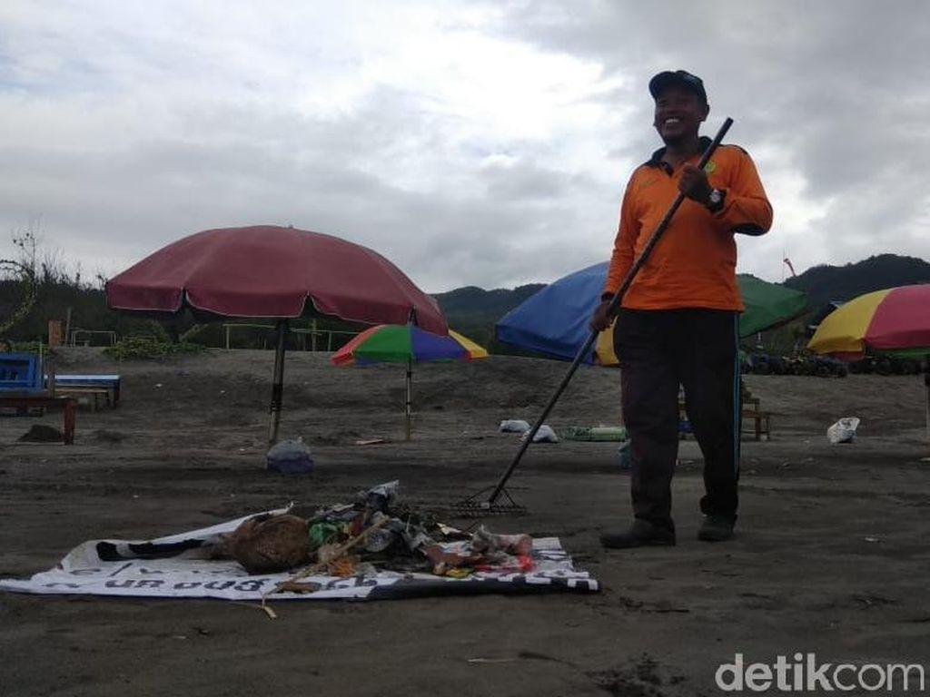 Libur Telah Usai, Sampah Menumpuk di Pantai Parangtritis Bantul