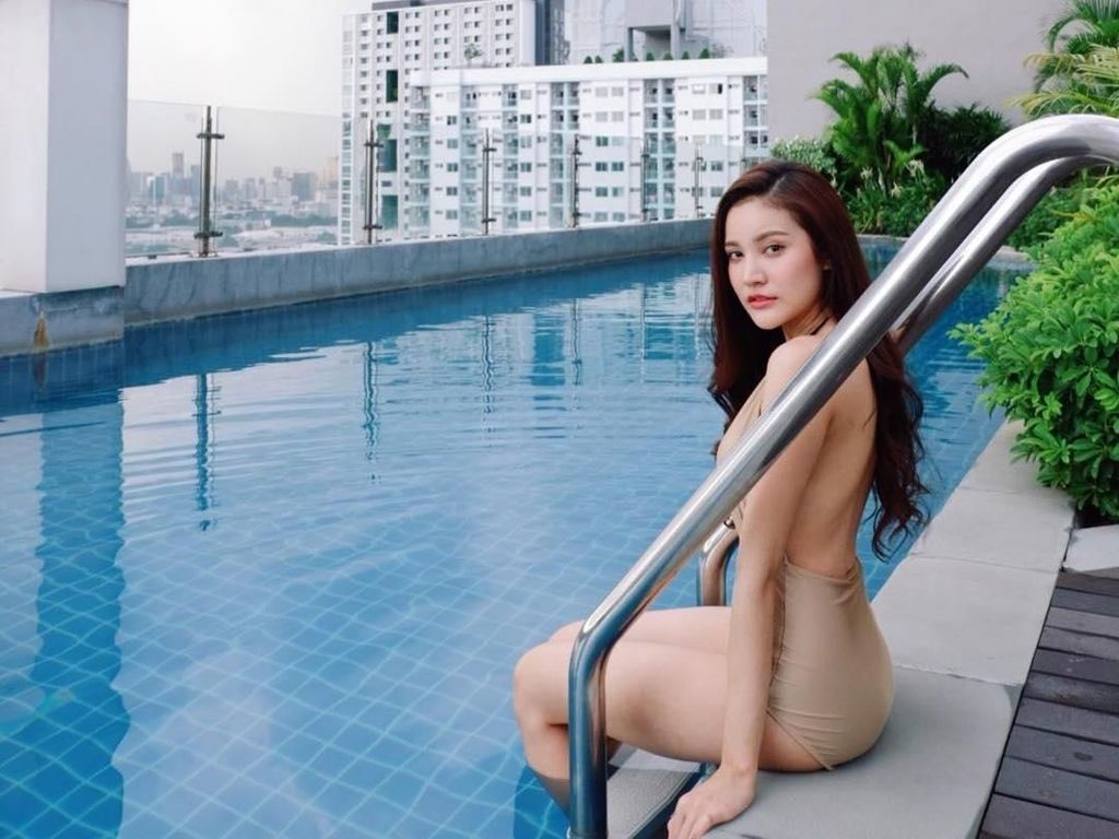 Foto: Liburannya Model Cantik Thailand yang Viral Pakai Seragam PNS