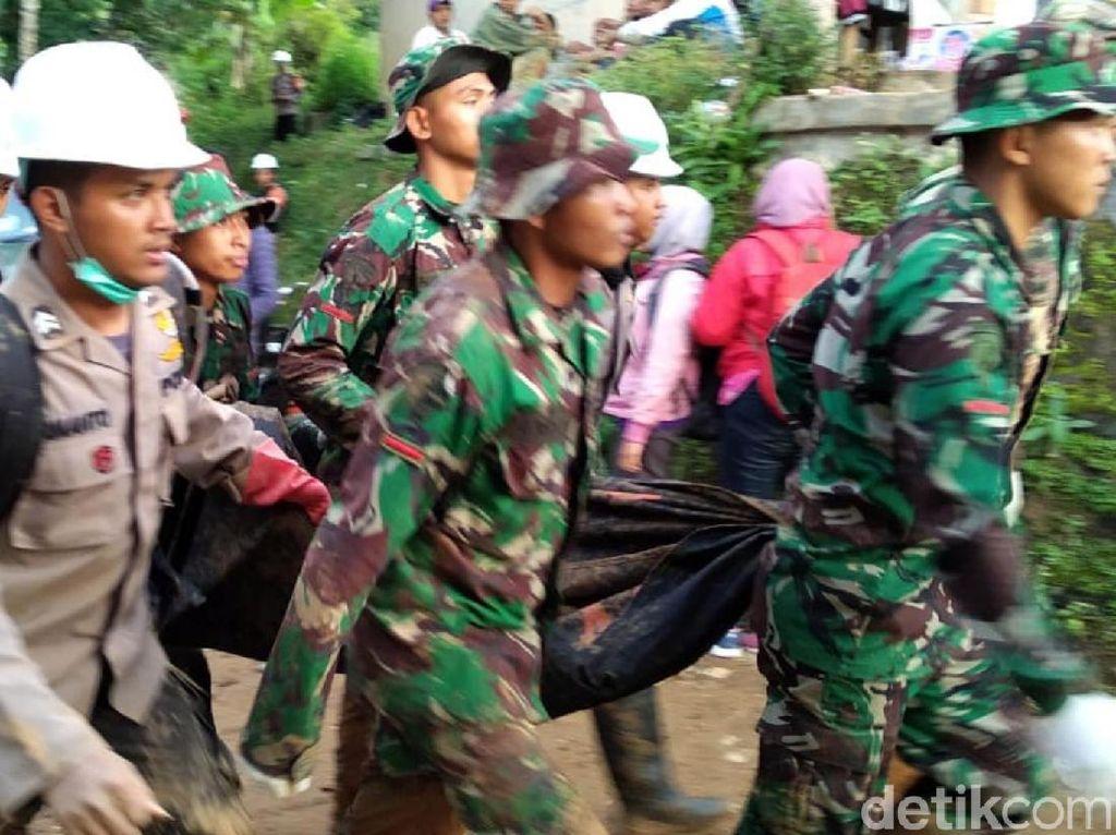 Petugas Angkat 5 Mayat Tertimbun Longsor Kampung Adat Sukabumi