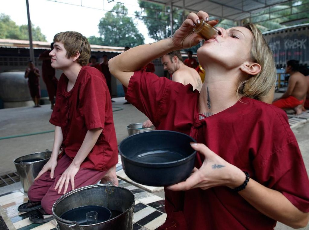 Mengintip Detoksifikasi Ekstrem Pecandu Narkoba di Kuil Thailand