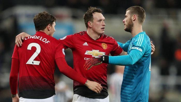 Phil Jones bersama pemain Manchester United lainnya, David De Gea dan Victor Lindelof. (Foto: Lee Smith/Action Images via Reuters)