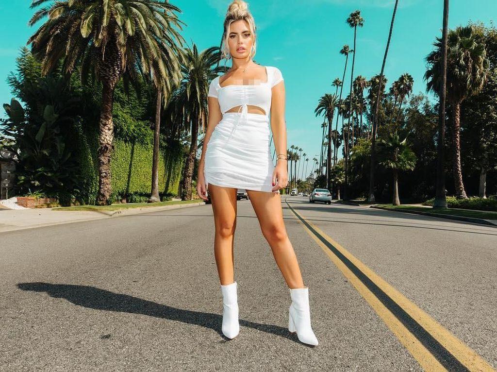 Potret Model Seksi yang Dihujat karena Posting Foto Merokok