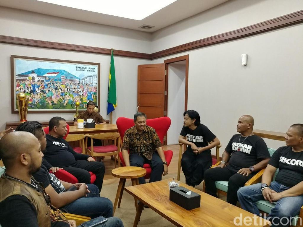 Promo Film, Preman Pensiun Jalan Kaki dan Naik Angkot Keliling Bandung