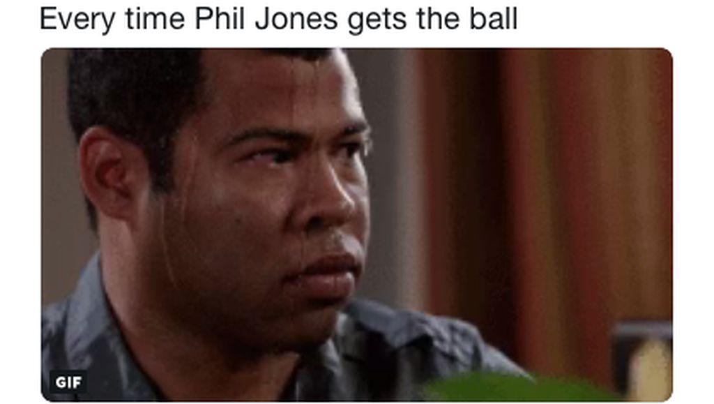 Meme Phil Jones Buat Fans MU Deg-degan, Keringat pun Bercucuran