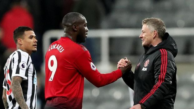Soccer Football -  Premier League - Newcastle United v Manchester United - St James' Park, Newcastle, Britain - January 2, 2019  Manchester United interim manager Ole Gunnar Solskjaer shakes hands with Romelu Lukaku at the end of the match   REUTERS/Scott Heppell  EDITORIAL USE ONLY. No use with unauthorized audio, video, data, fixture lists, club/league logos or