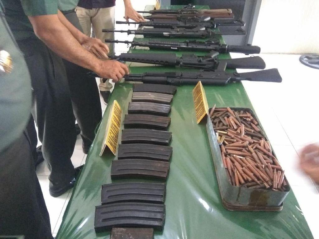 2 Warga Aceh Serahkan 8 Senapan Serbu Plus Ratusan Peluru