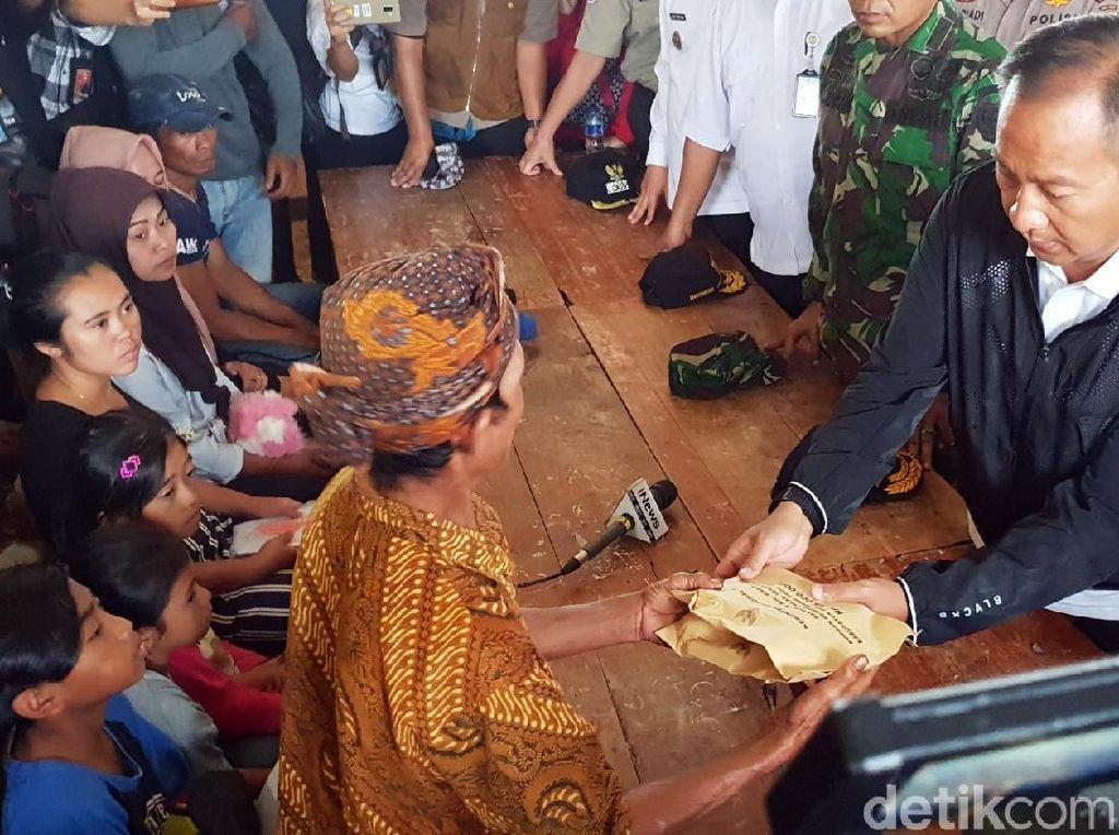 Mensos Serahkan Bantuan untuk Korban Longsor Sukabumi