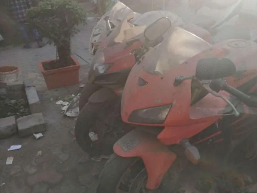 Moge Honda CBR1000RR dan Yamaha FZ-1 Dibiarkan Berdebu