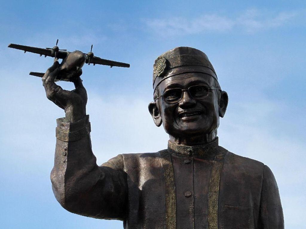 Patung Raksasa BJ Habibie Senilai Rp 1 M Mejeng di Gorontalo