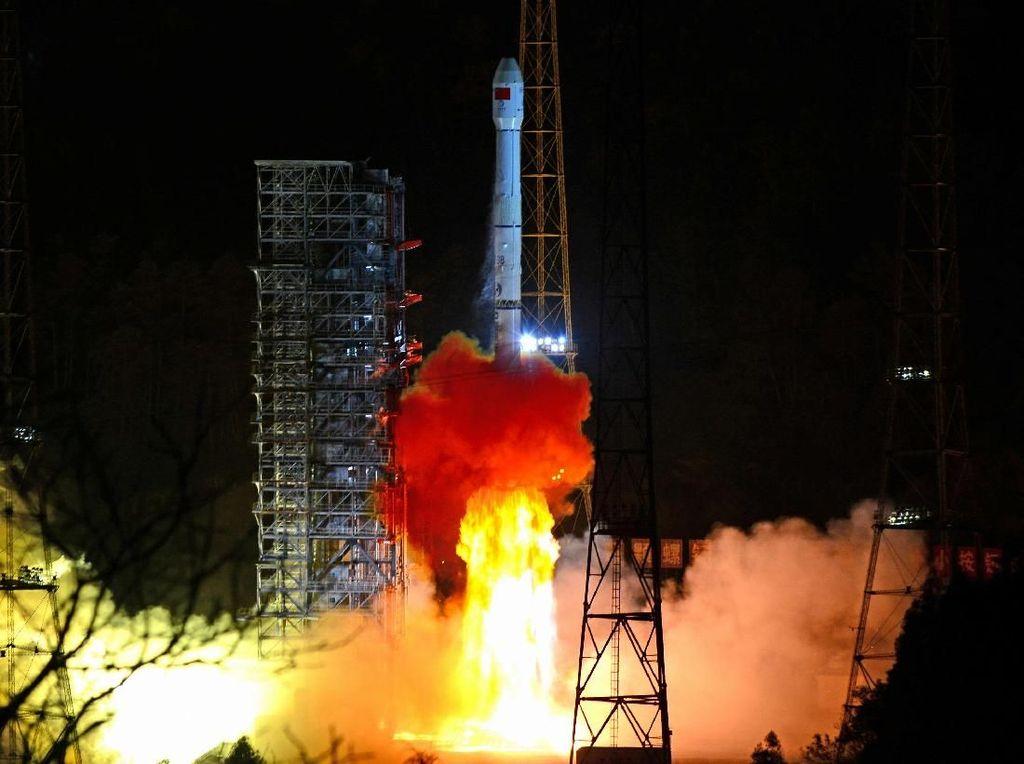 Rongsokan Roket China Hantam Sebuah Desa