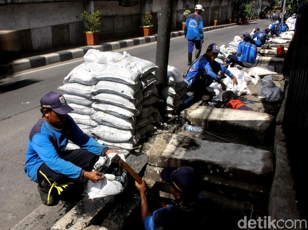 Sudin SDA Jakbar Angkut Ratusan Karung Lumpur di Jalan KS Tubun
