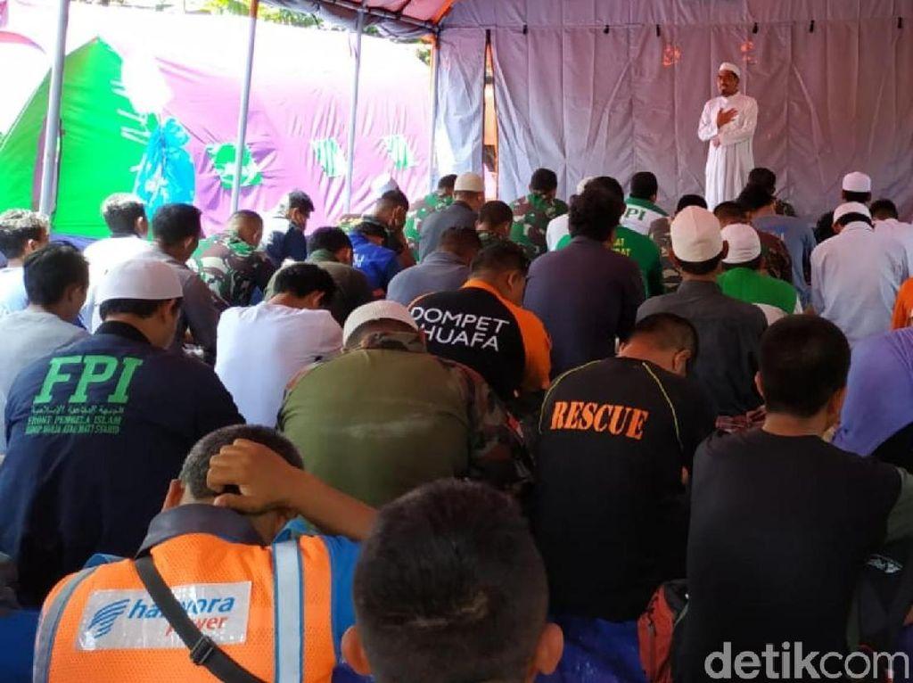 Relawan Longsor Kampung Adat Salat Jumat di Tenda Darurat