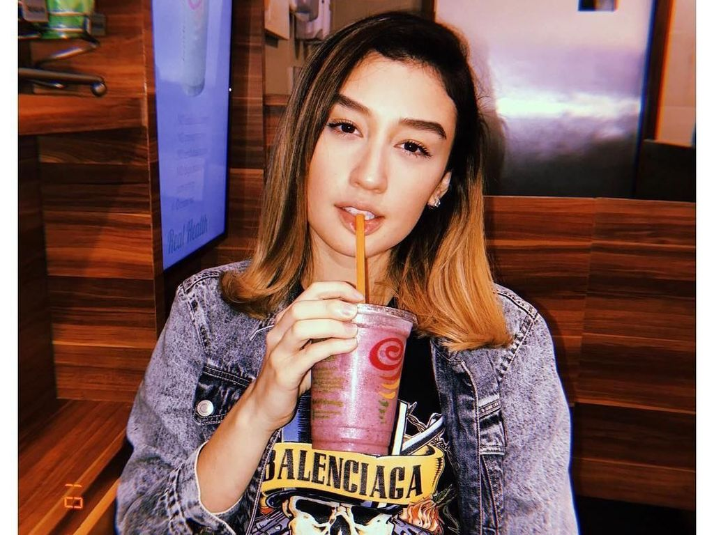Ini Natasha, Adik Kimberly Ryder yang Hobi Pose Seru dengan Minuman