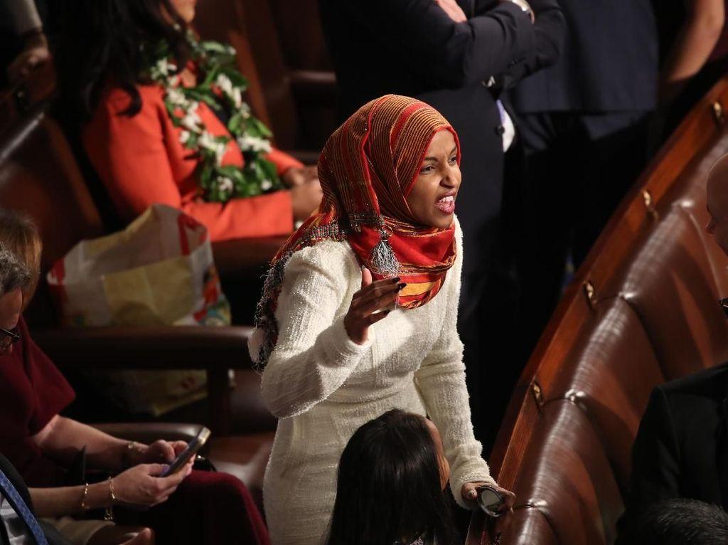 Gaya Ilhan Omar Jadi Hijabers Pertama di Pelantikan Kongres AS