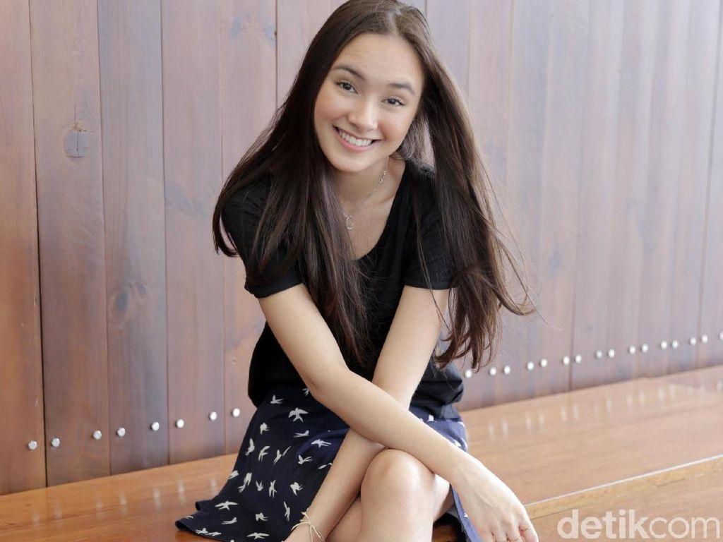 Senyum Manis Caitliin Halderman