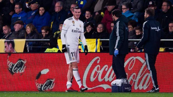 Gareth Bale yang pertama. Dia mengalami masalah pada otot soleus kaki kirinya. Pemain Wales itu diprediksi menepi dua minggu. (Foto: Alex Caparros/Getty Images)