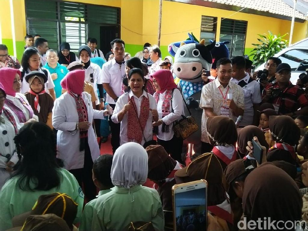 Kunjungi Semarang, Iriana Jokowi Sapa Antrean Tes IVA Kanker Serviks