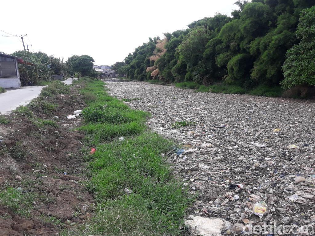 Sampah di Kali Pisang Batu Bekasi, Sekdes: Tunggu Dibawa Pergi Hujan