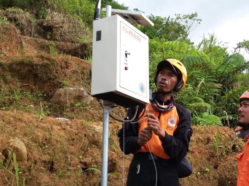Alat Sistem Peringatan Dini Dipasang di Puncak Tebing Kampung Adat Sukabumi
