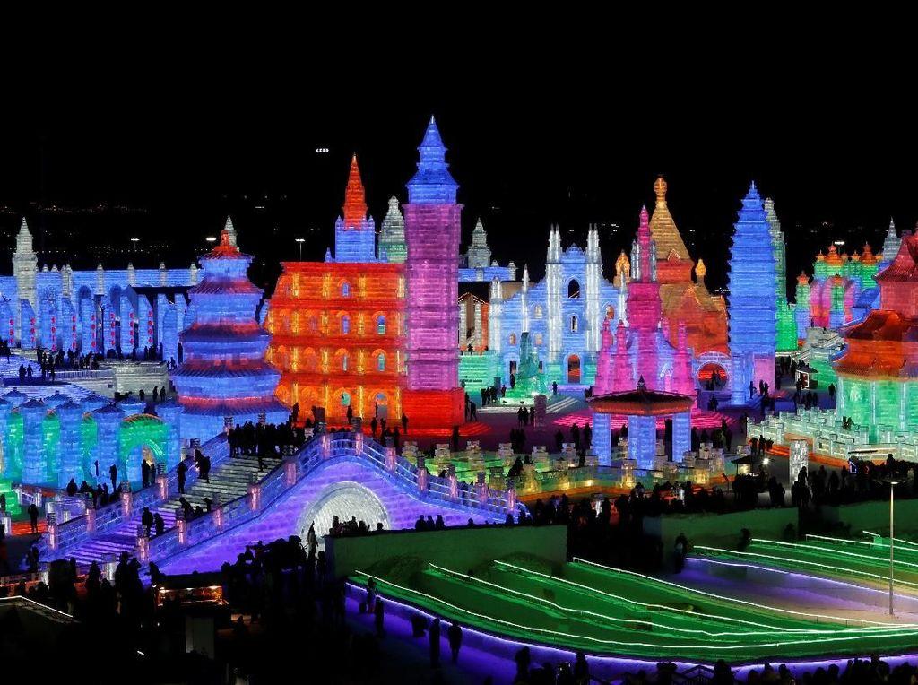 Indahnya Istana Es Warna-warni di China