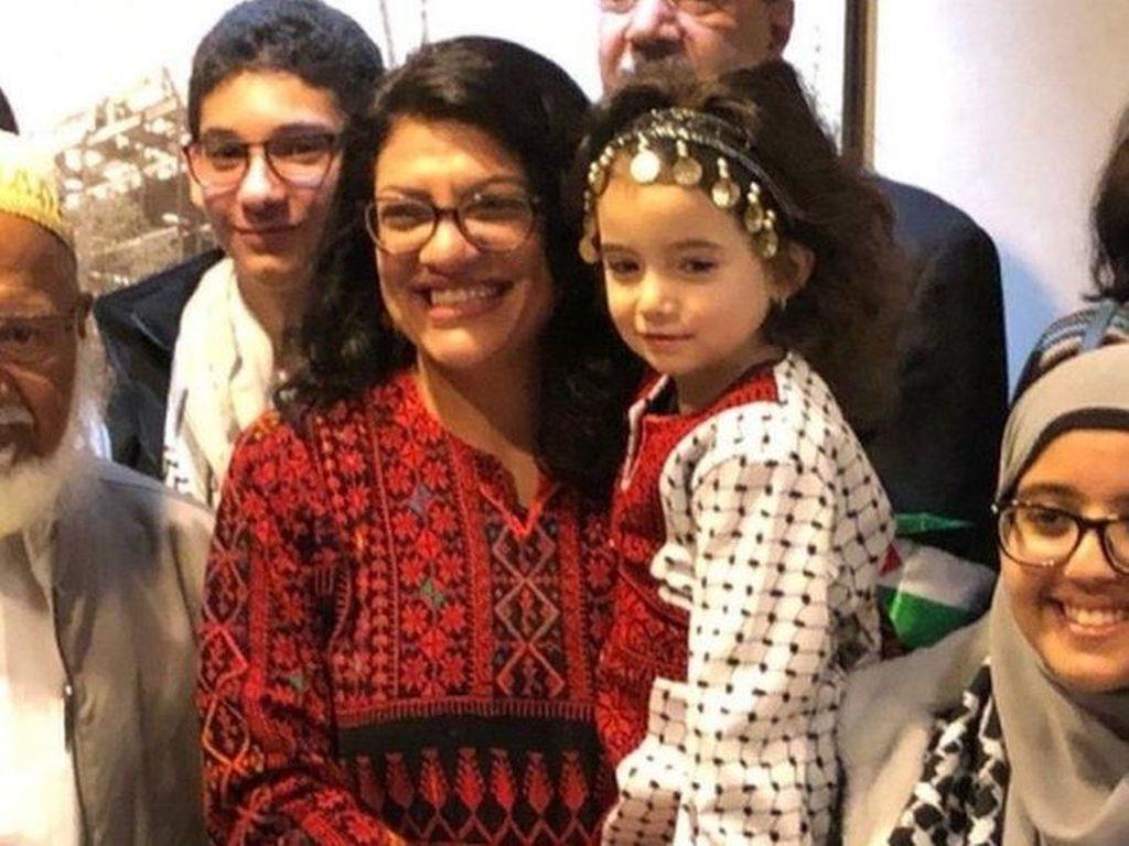 Dilantik, Muslimah Anggota DPR AS Kenakan Baju Adat Palestina