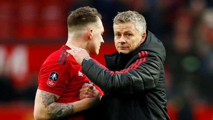 Phil Jones bersama manajer Manchester United, Ole Gunnar Solskjaer. (Foto: Jason Cairnduff/Action Images via Reuters)