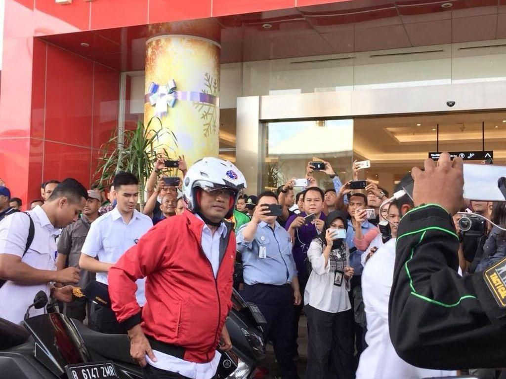Naik Motor, Menhub Budi Karya Sambangi Transmart Depok