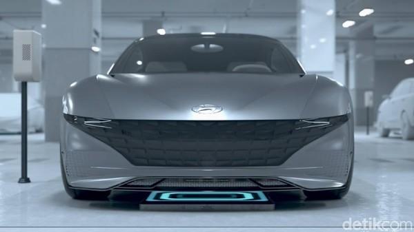 Begitu menemukan tempat pengisian baterai, mobil akan parkir dan mengisi baterainya secara nirkabel. Baterai mobil diisi sampai penuh menggunakan induksi magnetik. Foto: Hyundai