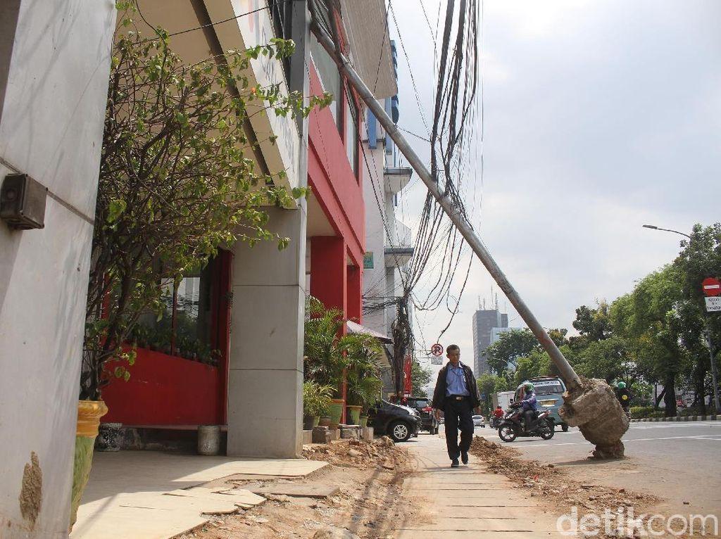 Tiang Listrik Berantakan di Hayam Wuruk Sudah Direlokasi PLN