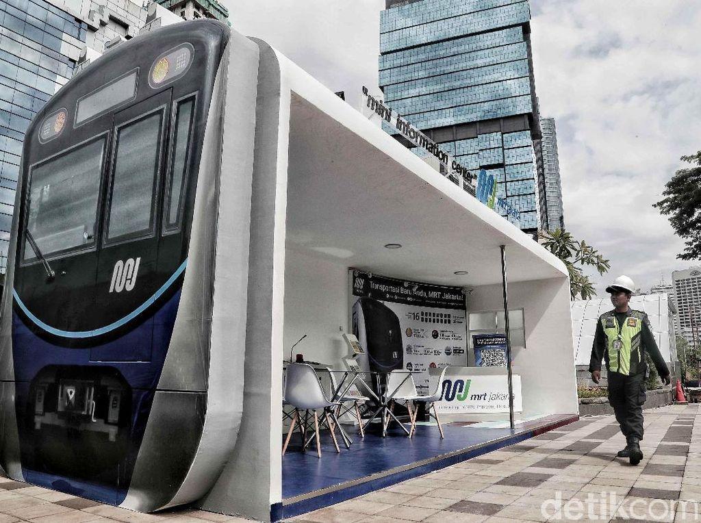 Eh, Ada Kereta MRT Jakarta Parkir di Trotoar Sudirman