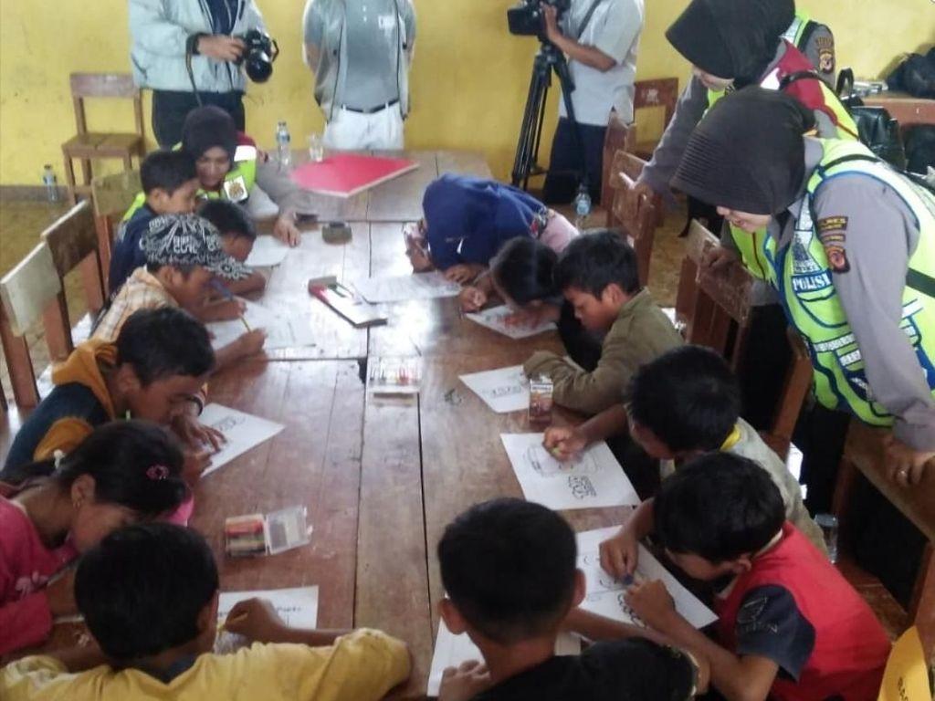 Polisi Konselor Pulihkan Trauma Anak Korban Longsor Sukabumi