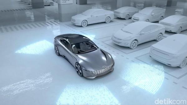 Begitu baterai terisi penuh, mobil akan berpindah dari stasiun pengisian baterai untuk memberikan tempat pada mobil listrik lain yang mau ngecas. Mobil kemudian dengan pintar akan mencari tempat parkiran yang kosong. Foto: Hyundai