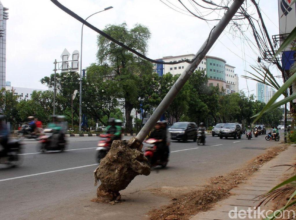 Duh! Ada Tiang di Pinggir Jalan Hayam Wuruk Nyender Nih