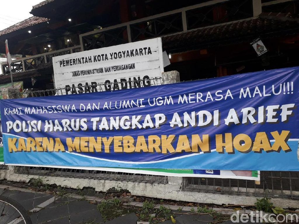 Muncul Spanduk Mahasiswa-Alumni UGM Desak Andi Arief Ditangkap