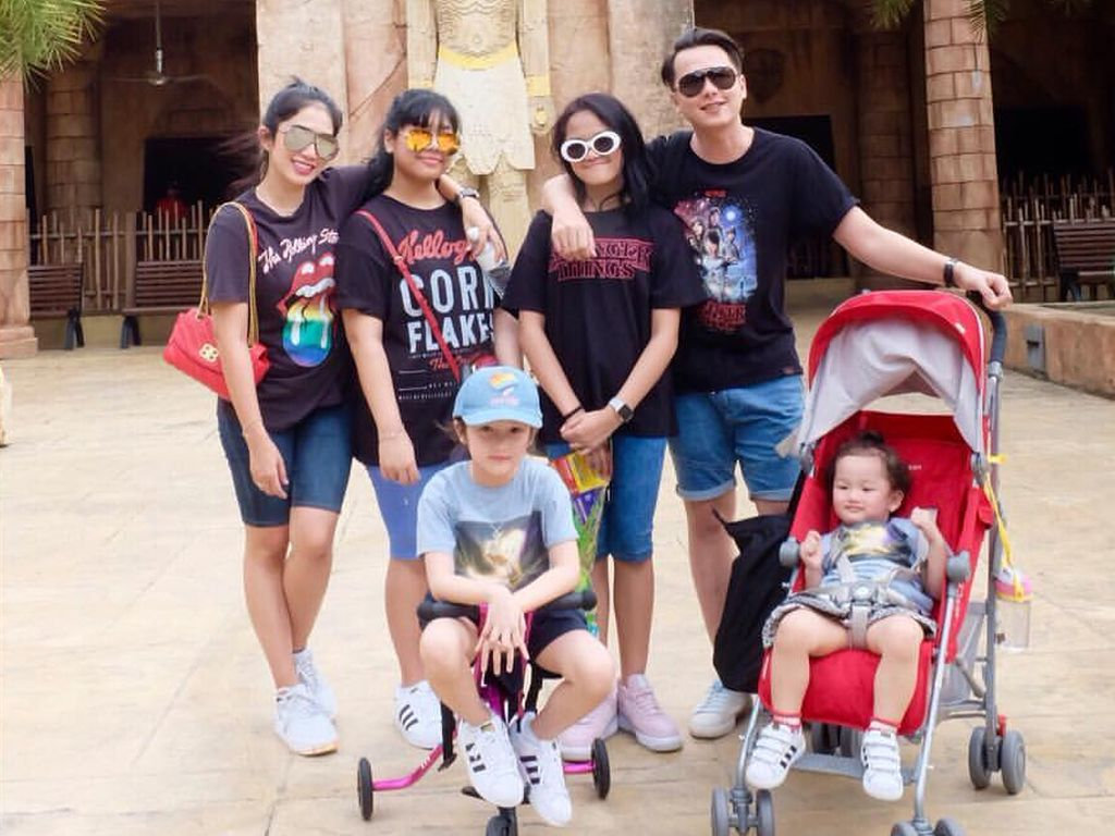 Momen Liburan Keluarga Ussy Sulistiawaty di Singapura