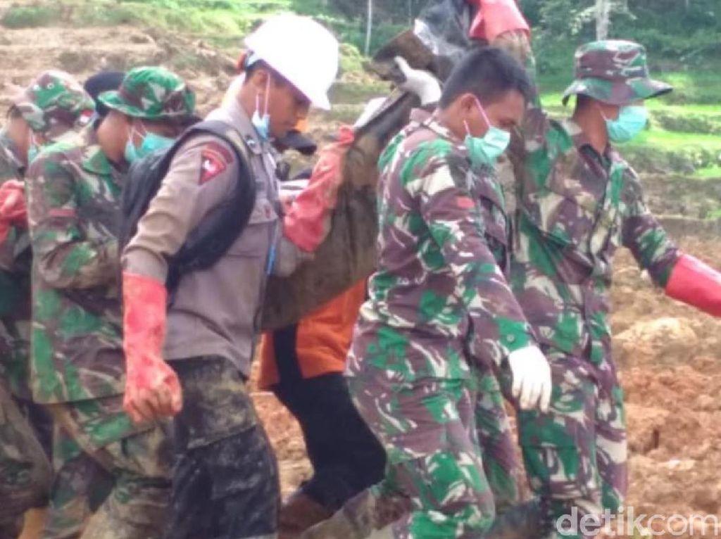 Tim SAR Temukan Jasad Korban Longsor Kampung Adat yang ke-32