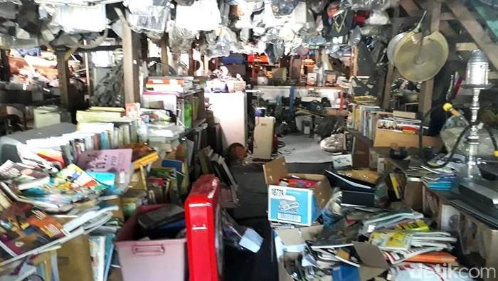Ada sebuah tempat yang unik di kawasan Depok. Tempat itu menjadi pusat penjualan barang-barang bekas atau barang rongsok. Penasaran?