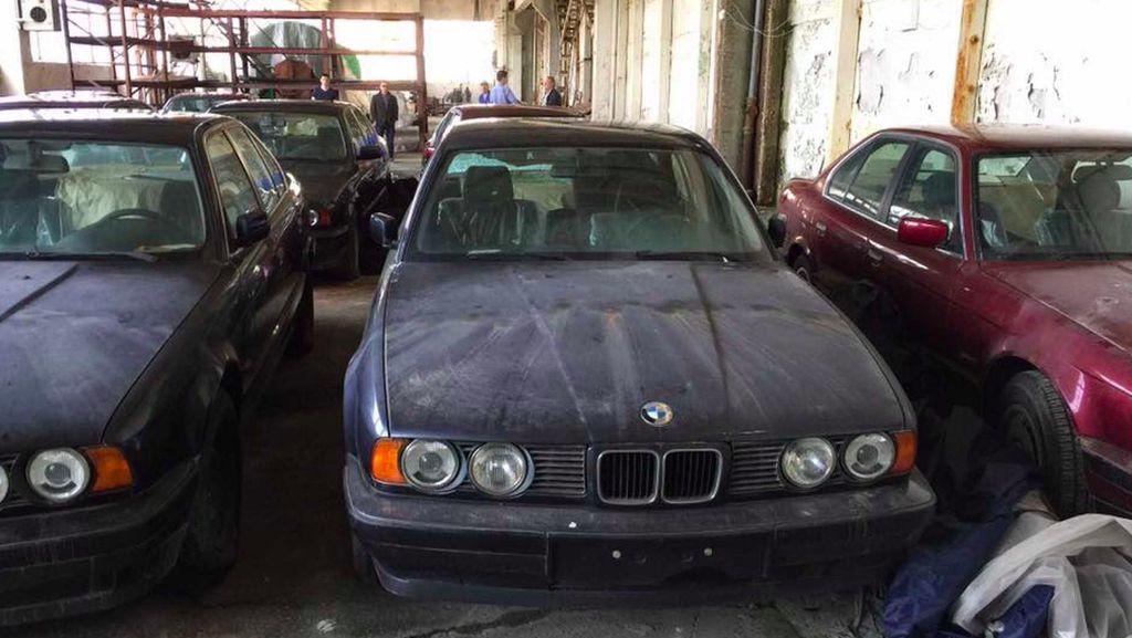 BMW Dibiarkan Berdebu di Dalam Gedung Tua