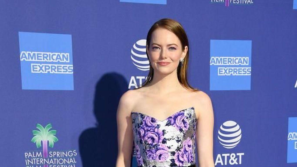 Selalu Cantik, Emma Stone Tampil Berbunga-bunga