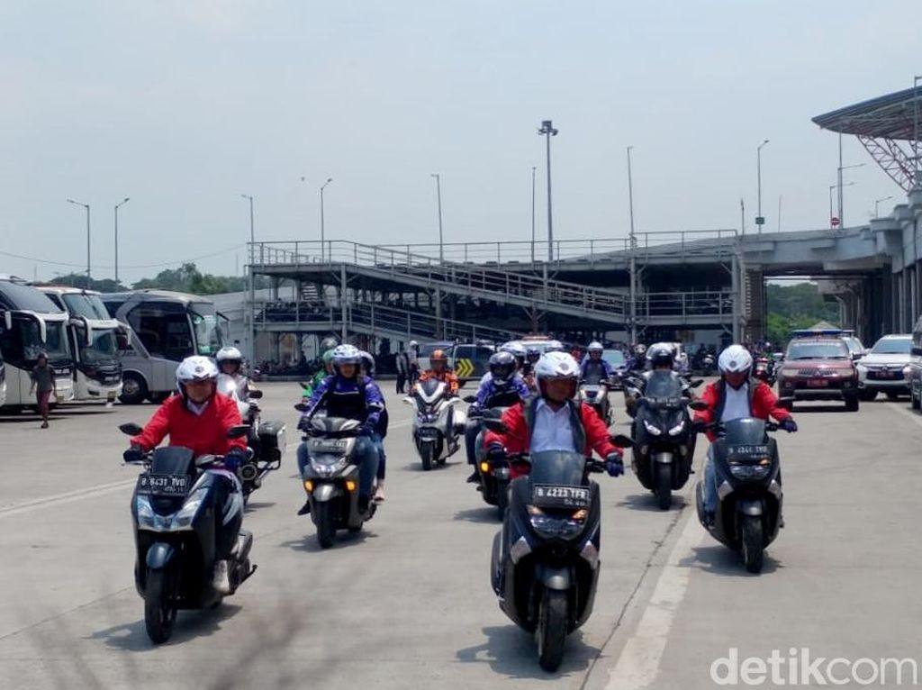 Gaya Menhub Nyetir Motor Konvoi Bareng Ojol di Pulogebang