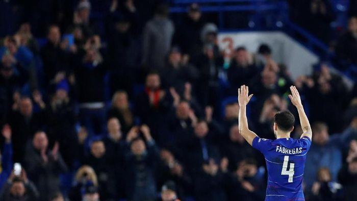 Cesc Fabregas tuding Maurizio Sarri menganakemaskan Jorginho. (Foto: Eddie Keogh/ Reuters)