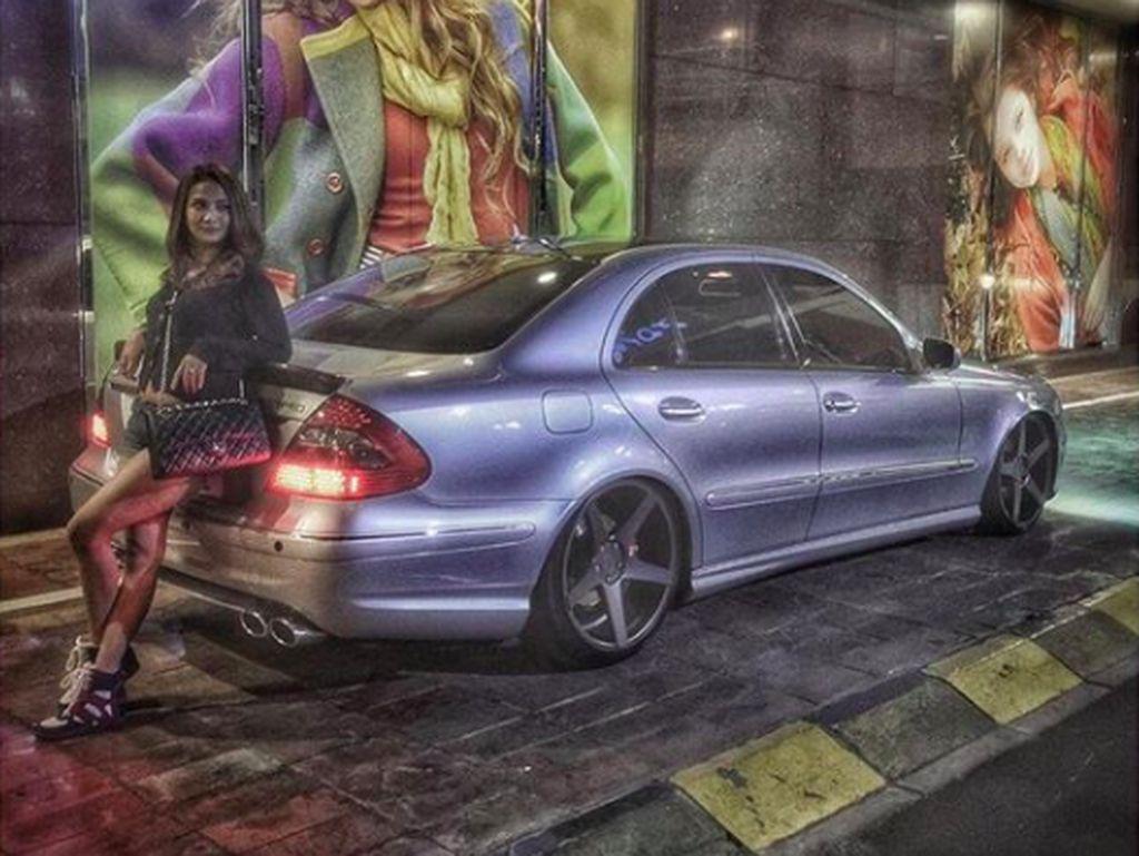 Gaya Vanessa Angel di Antara Mobil-mobil Jerman dan Motor Kecil
