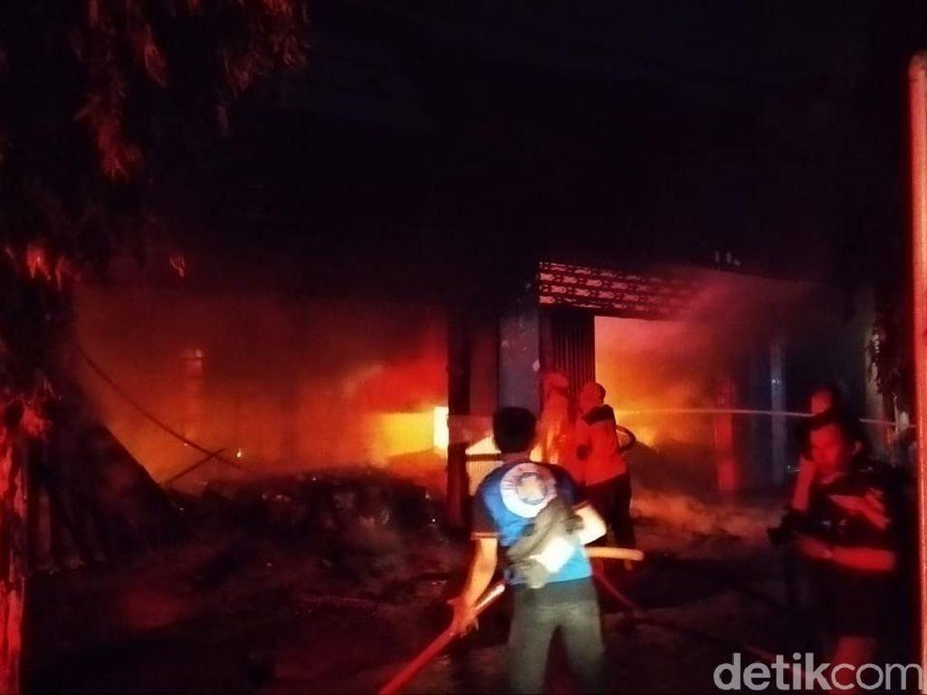 Ruko Bahan Sepatu di Mojokerto Terbakar, Pemilik Sempat Terjebak